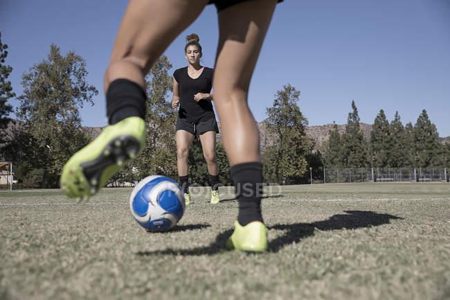 Frauen spielen Fußball auf dem Fußballplatz — Stockfoto