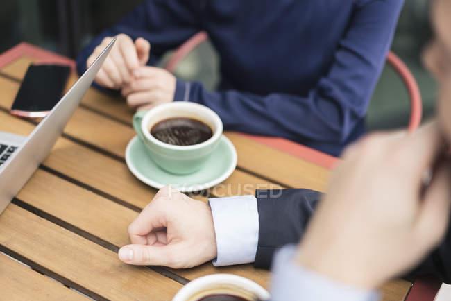 Gruppe von Geschäftsleute treffen im Café, im Freien, mittleren Bereich — Stockfoto