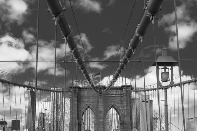 Vista de Brooklyn Bridge, B & W, Nueva York, Estados Unidos - foto de stock