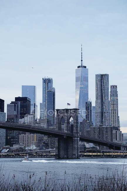 Paisaje urbano con Brooklyn Bridge y el horizonte del Bajo Manhattan, Nueva York, Estados Unidos - foto de stock