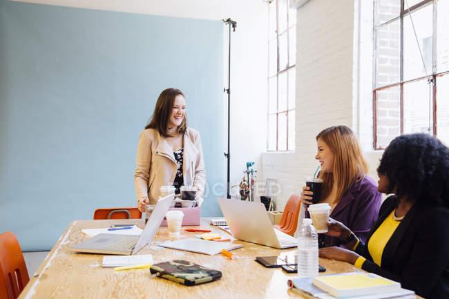 Колеги, пити каву в офісному столі — стокове фото
