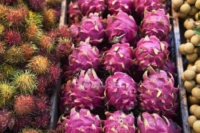 Пл дракон на фруктові і овочеві ларьок, Пхукет, Таїланд, Азії — стокове фото
