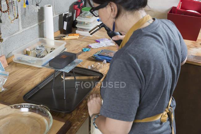 Жіночий ювелір, робота з інструменти в майстерні — стокове фото