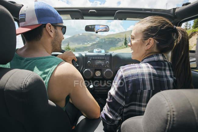 Couple de voyage de route conduite sur des routes rurales, Breckenridge, Colorado, é.-u. — Photo de stock