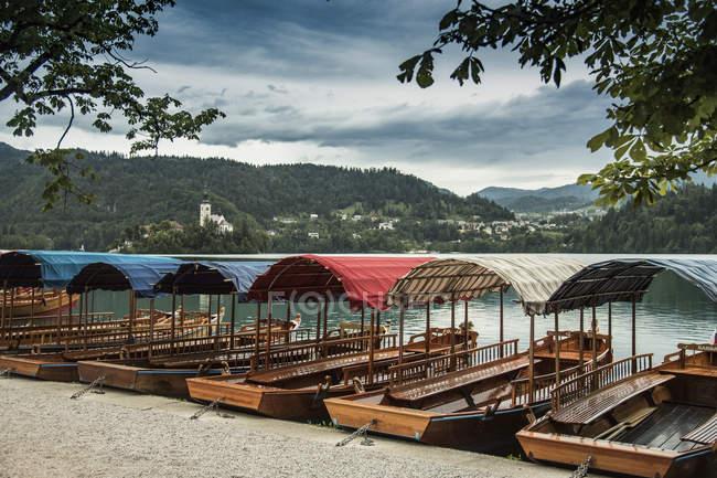 Ausflugsboote am Bleder See Wasser, Slowenien — Stockfoto