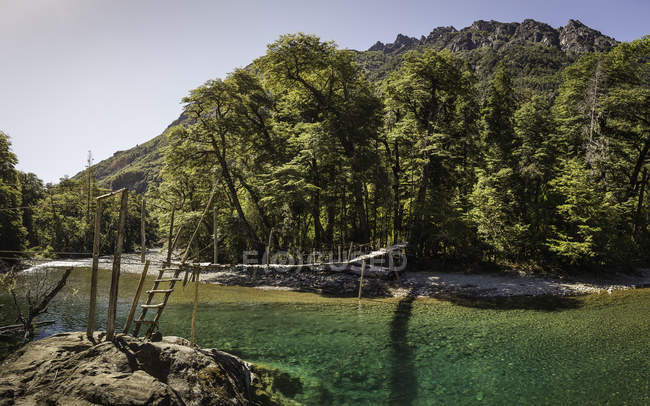 Vista del paisaje de pasarela cruce Río Azul, Cajon del Azul cerca de El Bolson, Patagonia, Argentina - foto de stock