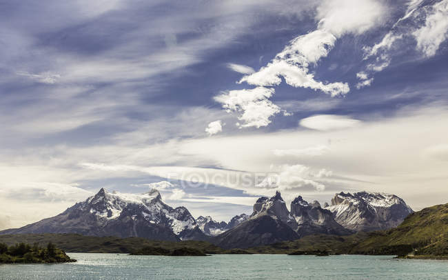 Mountain landscape with Paine Grande and Cuernos del Paine, Torres del Paine national park, Chile — Stock Photo