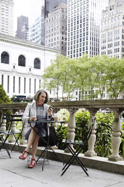 Femme d'affaires travaillant sur balcon, New York, USA — Photo de stock