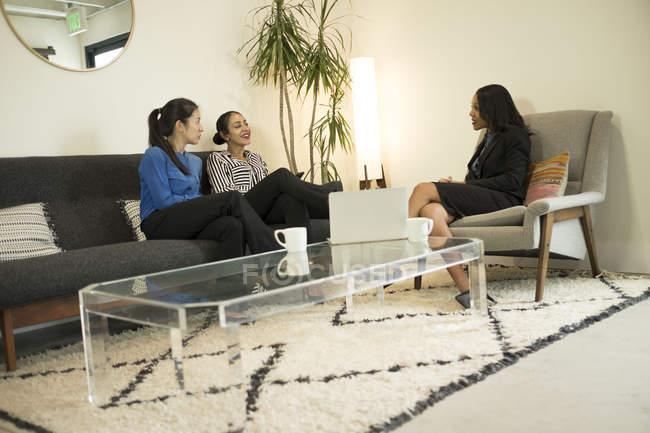 Drei Unternehmerinnen im Büro mit entspannten Treffen — Stockfoto