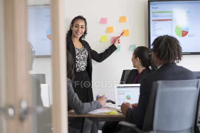 Четыре бизнесмена, работающие в офисе — стоковое фото