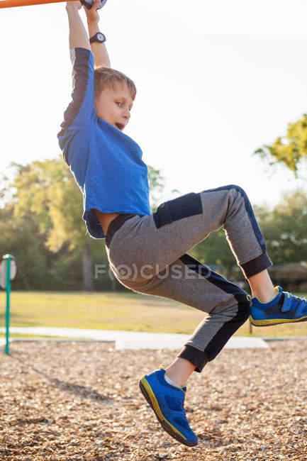 Портрет молодого мальчика, играть на детской площадке — стоковое фото