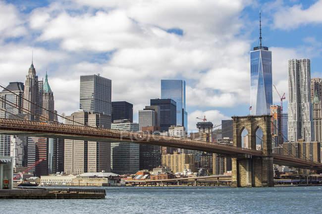 Vista de arranha-céus de Nova York com Brooklyn Bridge, EUA — Fotografia de Stock
