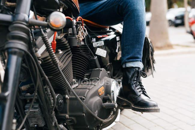 Hombre a caballo de la motocicleta, recortada - foto de stock