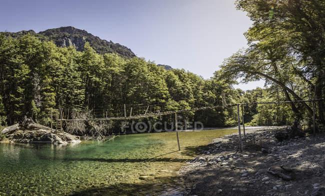 Río de montaña en verano - foto de stock