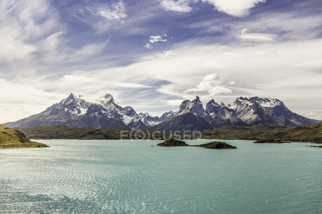 Paysage de montagne avec le lac Grey, Paine Grande et Cuernos del Paine, parc national de Torres del Paine, Chili — Photo de stock
