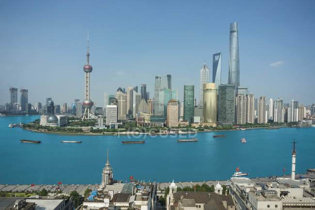 Підвищені міський пейзаж з Східна перлина вежі в стильному і Хуанпу річки, Шанхай, Китай — стокове фото
