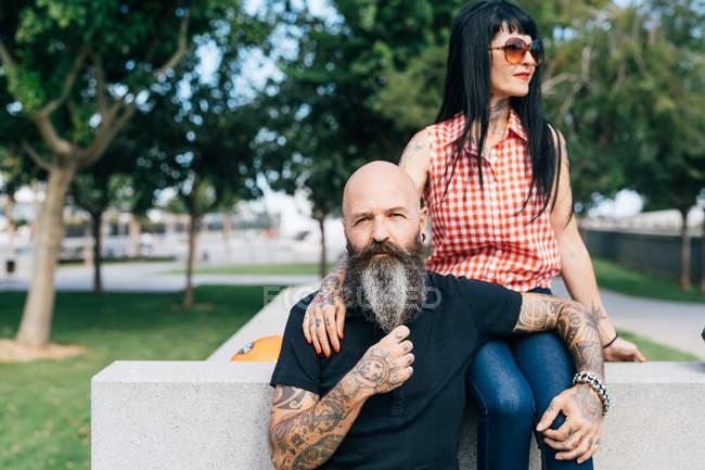 Reife Hipster Paar im Park, Porträt, Valencia, Spanien — Stockfoto