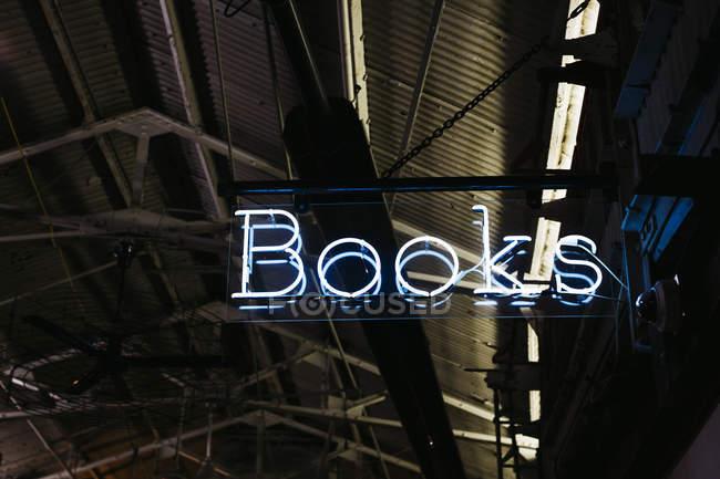 Sinal iluminado da livraria do neon na noite, New York, EUA — Fotografia de Stock