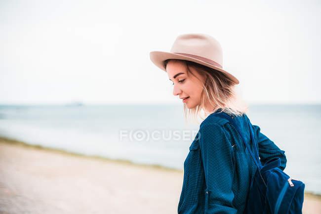 Жінка в капелюсі, прогулянка по пляжу — стокове фото