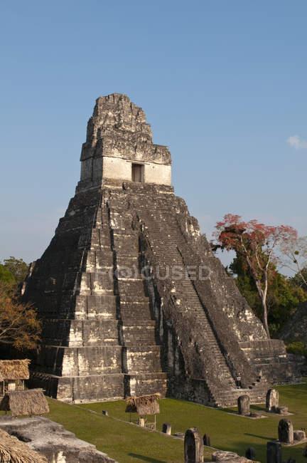 Gran Plaza y templo, sitio arqueológico maya de Tikal, Flores, Peten, Guatemala - foto de stock