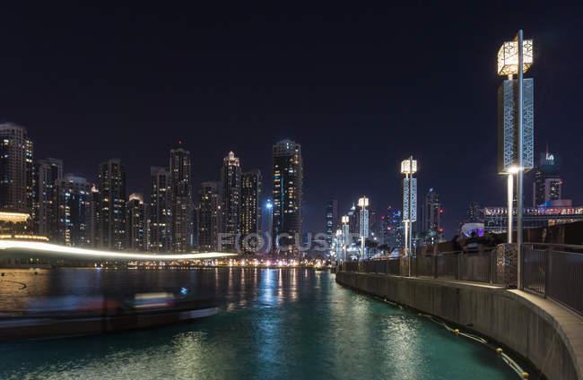Horizonte de paisaje y frente al mar en la noche, Dubai, Emiratos Árabes - foto de stock