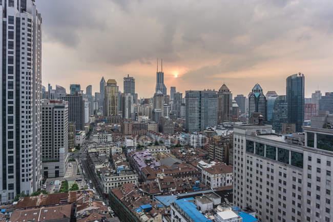 Erhöhte Stadtlandschaft mit Wolkenkratzer-Skyline, Shanghai, China — Stockfoto