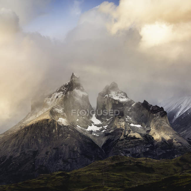 Nuvens de tempestade acima Cuernos del Paine, Parque Nacional Torres del Paine, Chile — Fotografia de Stock