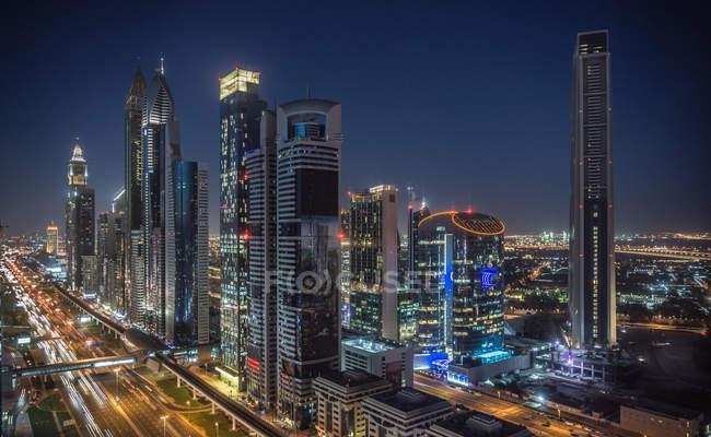 Horizonte de paisaje urbano y rascacielos en la noche, Dubai, Emiratos Árabes - foto de stock