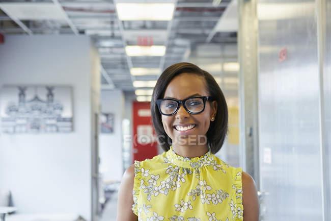 Ritratto di giovane donna in ambiente d'ufficio — Foto stock