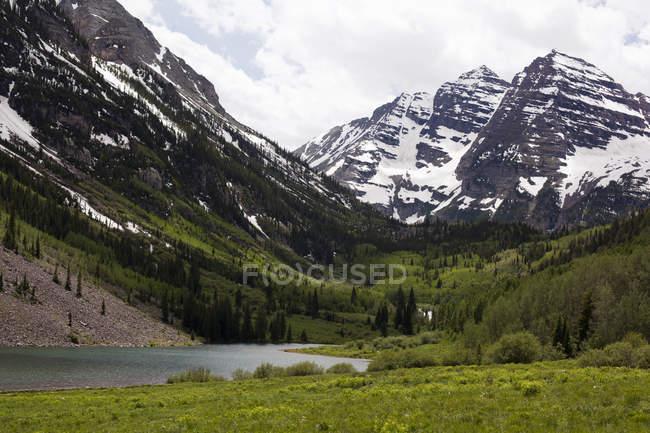 Vue du lac et de la neige plafonné Maroon Bells, Colorado, é.-u. — Photo de stock
