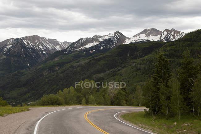 Vue de la route et le paysage montagneux, Colorado, é.-u. — Photo de stock