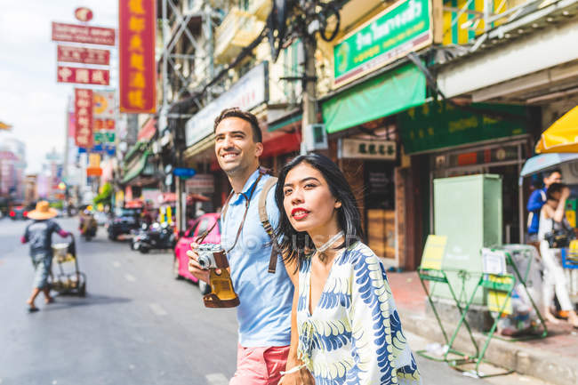 Молодий туристичних пара перетині вулиці, Бангкок, Таїланд — стокове фото