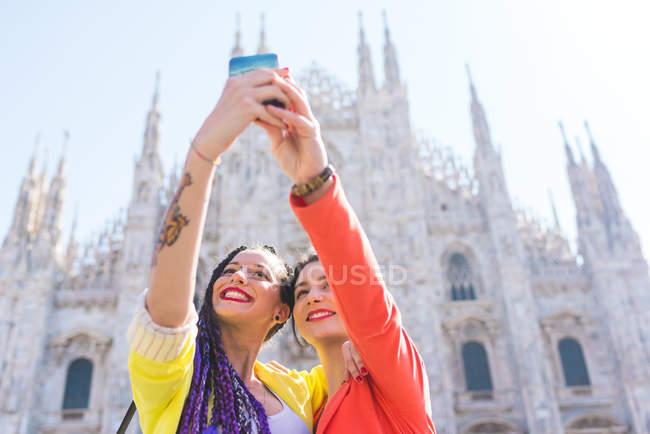 Mulheres tirando selfie fora de Il Duomo, Milão, Itália — Fotografia de Stock