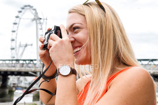 Touristin in London fotografiert Blick — Stockfoto