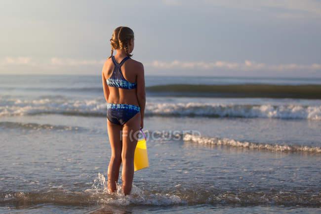 Задній вид дівчина на пляжі, проведення відро, Північна Міртл Біч, Південна Кароліна, США, Північної Америки — стокове фото
