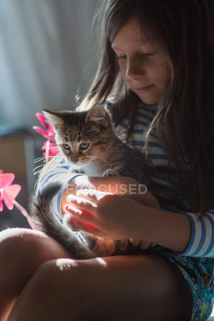 Porträt eines Mädchens mit Kätzchen — Stockfoto