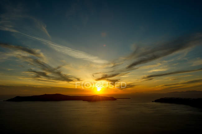 Sun setting over sea on horizon, Santorini, Kikladhes, Greece — Stock Photo