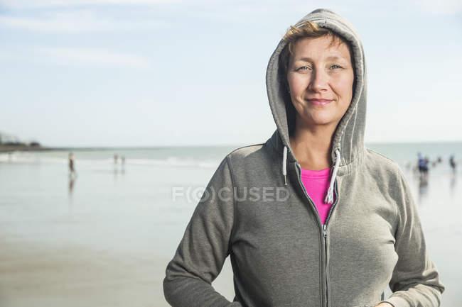 Портрет женщины в капюшоне на пляже — стоковое фото