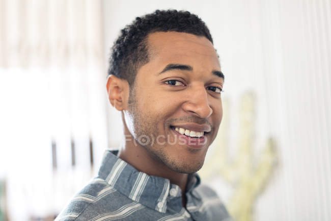 Portrait of young man smiling at camera — Stock Photo