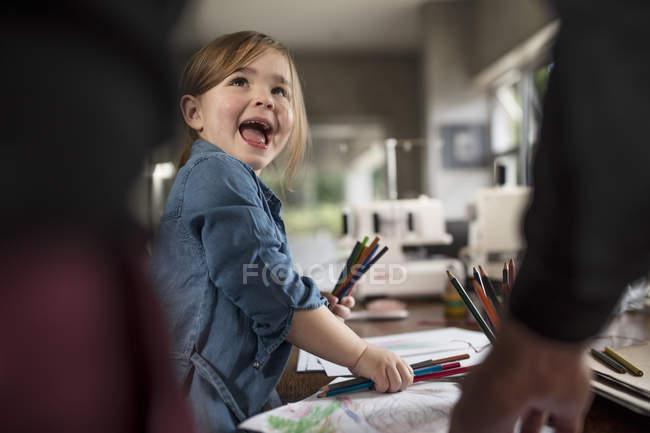 Дівчина і батько, вибравши кольорові Олівці для малювання за столом — стокове фото