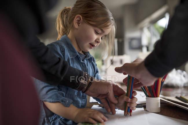 Людина креслення з дочкою і кольорові олівці — стокове фото