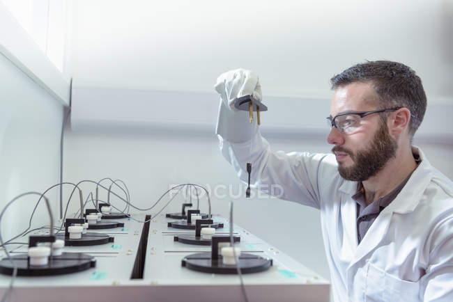 Scientist testing electrical cable in laboratory — Stock Photo