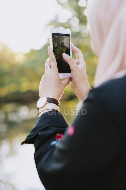 Junge Frau nehmen Foto auf smartphone — Stockfoto