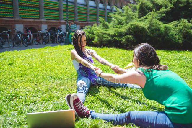 Donne che fanno stretching, Milano, Italia — Foto stock