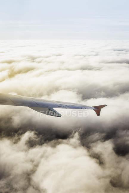 Ala del avión sobre las nubes - foto de stock
