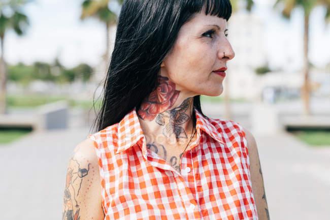 Зрелая хипстер с татуированной шеей, крупным планом — стоковое фото