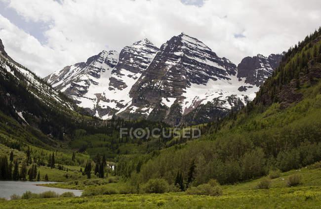 Вид на озеро и снежную вершину Maroon Bells, Колорадо, США — стоковое фото