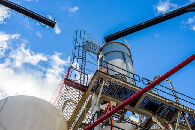 Низкий угол обзора резервуаров и труб на заводе биотоплива — стоковое фото