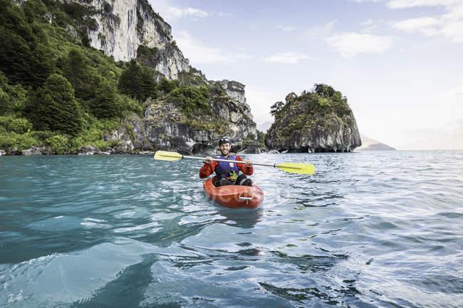Kayak sur le lac General Carrera, Puerto Tranquilo, Chili, Amérique du Sud — Photo de stock