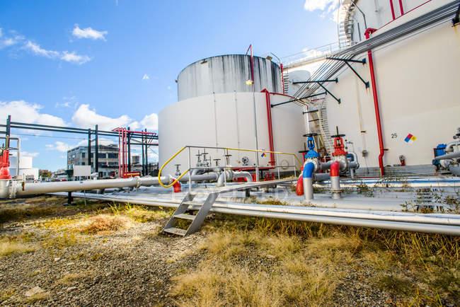 Réservoirs de stockage et tuyauterie industrielle à l'usine de biocarburant — Photo de stock
